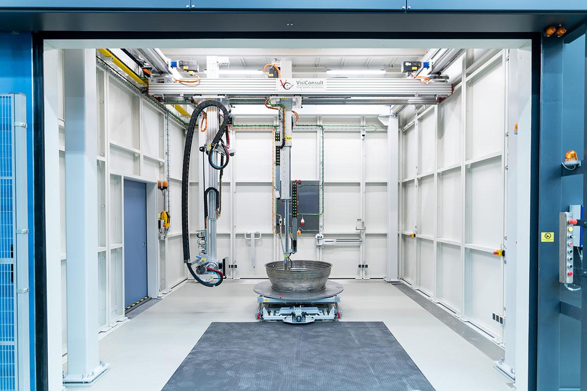 Die XRHGantry ist eine Deckenstativanlage. Auf dem Bild ist die Anlage in einem Bunker der Lufthansa Technik eingebaut.